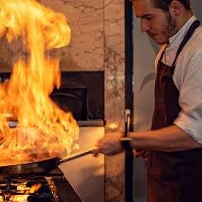 Die offene Showküche bietet Einblicke in die Zubereitung der Speisen